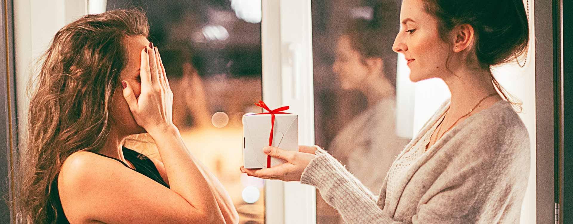Ukochana, koleżanka czy siostra – sprawdź, jaki prezent dla bliskiej dziewczyny wybrać!