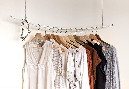 Jak przechowywać letnie ubrania? Czas na jesienne porządki!