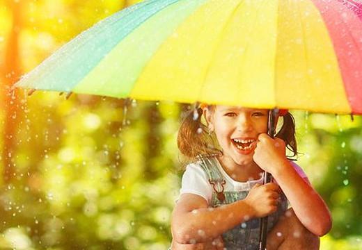 Czasem słońce, czasem deszcz, czyli co zabrać ze sobą na majówkę