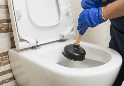 Jak odetkać toaletę?