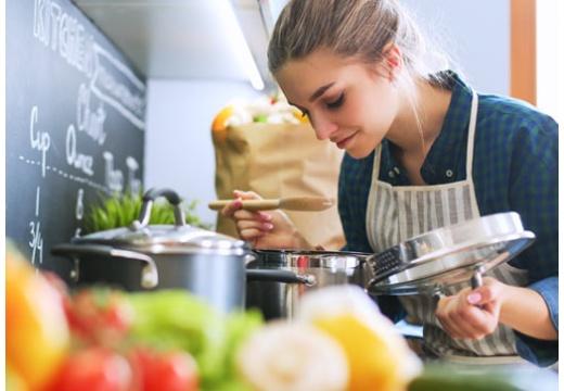 Jak dobrze zjeść i nie przytyć? Poznaj 4 przepisy na sycące, kaloryczne i zdrowe obiady!
