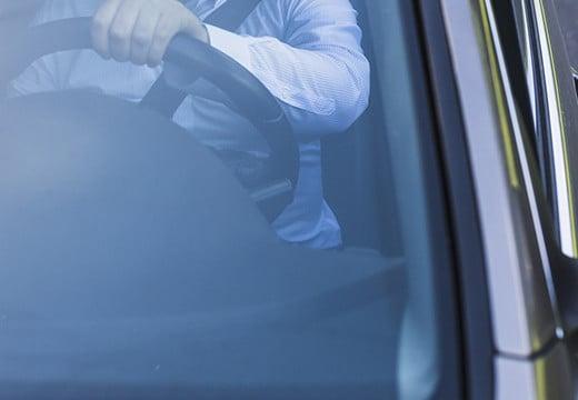 Jak usunąć naklejkę z szyby samochodu?