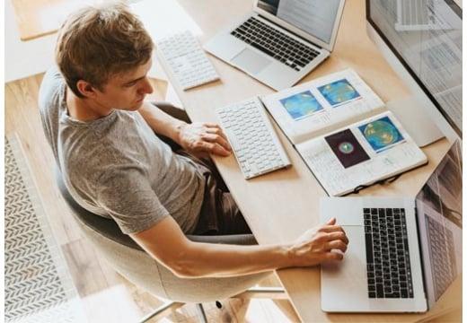 Pracujesz zdalnie? Zadbaj o swój kręgosłup i komfort siedzenia!