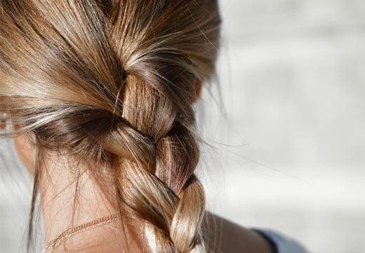 Zniszczone i suche włosy? Sprawdź, jakie kosmetyki pomogą Ci odzyskać ich blask!
